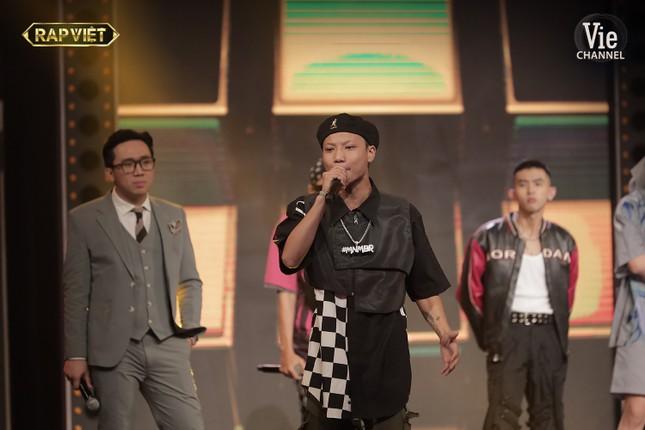"""""""Rap Việt"""": Tlinh tạo kỳ tích khi một mình """"cân"""" hai đối thủ """"nặng ký"""" ảnh 14"""