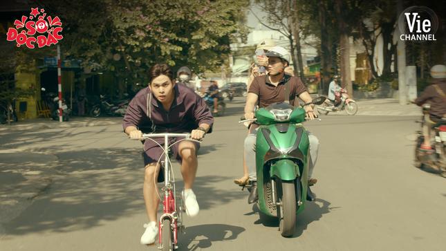 """Dân tình """"choáng"""" khi thấy Jun Phạm cưỡi xe đạp rượt đuổi xe hơi, đại náo phố phường ảnh 8"""