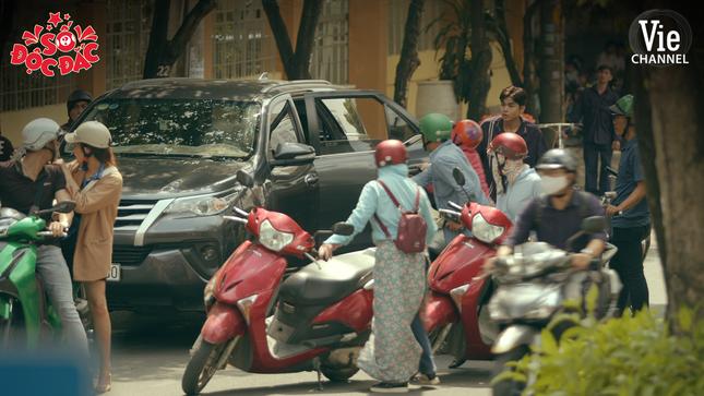 """Dân tình """"choáng"""" khi thấy Jun Phạm cưỡi xe đạp rượt đuổi xe hơi, đại náo phố phường ảnh 9"""