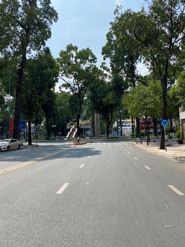 Trung tâm TP.HCM ngày đầu tiên nghỉ lễ: Đường phố thoáng, quán xá ít khách đến bất ngờ ảnh 2