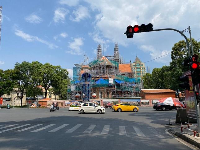 Trung tâm TP.HCM ngày đầu tiên nghỉ lễ: Đường phố thoáng, quán xá ít khách đến bất ngờ ảnh 3