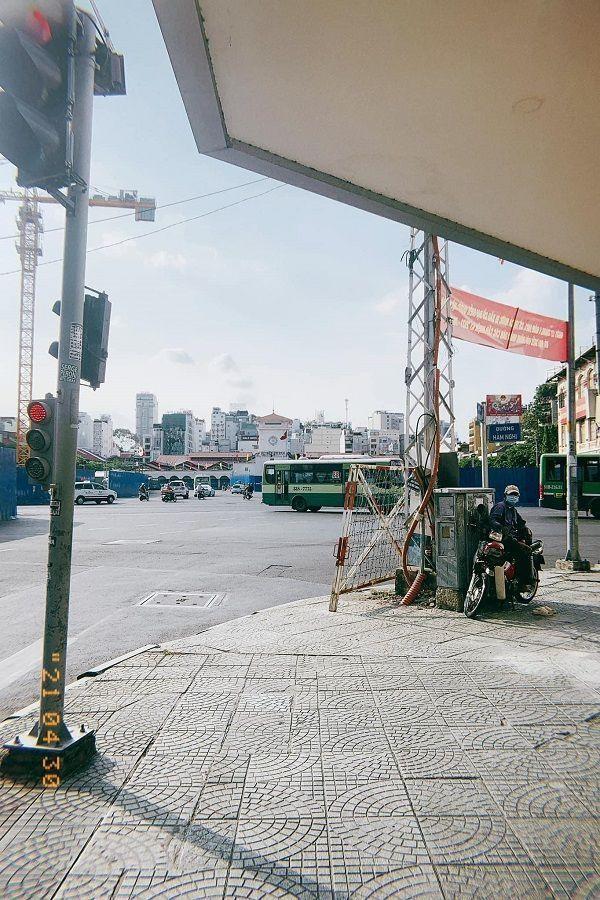 Trung tâm TP.HCM ngày đầu tiên nghỉ lễ: Đường phố thoáng, quán xá ít khách đến bất ngờ ảnh 10