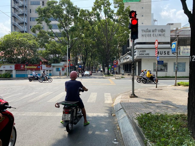 Trung tâm TP.HCM ngày đầu tiên nghỉ lễ: Đường phố thoáng, quán xá ít khách đến bất ngờ ảnh 7
