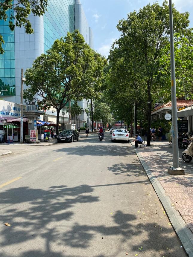 Trung tâm TP.HCM ngày đầu tiên nghỉ lễ: Đường phố thoáng, quán xá ít khách đến bất ngờ ảnh 8