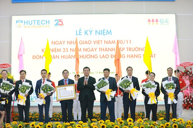Trường ĐH Công nghệ TP. HCM  nhận Huân chương Lao động hạng Nhất ảnh 1