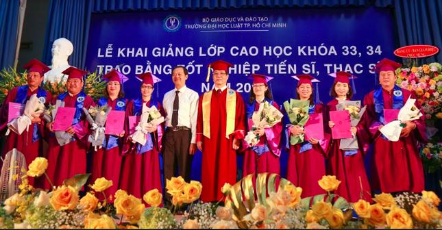 Trường ĐH Luật TP. HCM in phôi bằng cấp cho hơn 200 tiến sĩ, thạc sĩ  ảnh 1