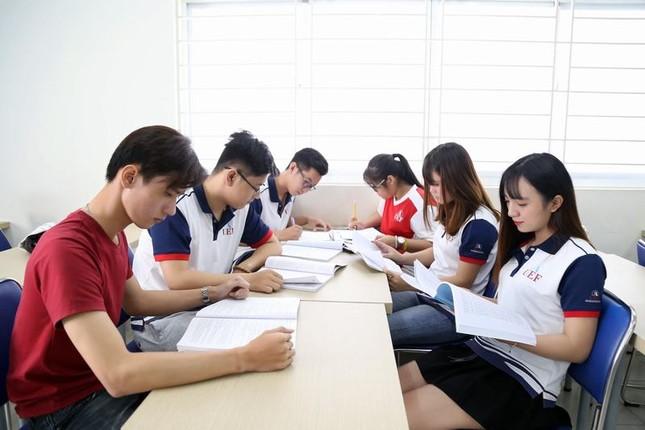 Sinh viên TP. HCM đi học trở lại vào ngày 1/3 ảnh 1