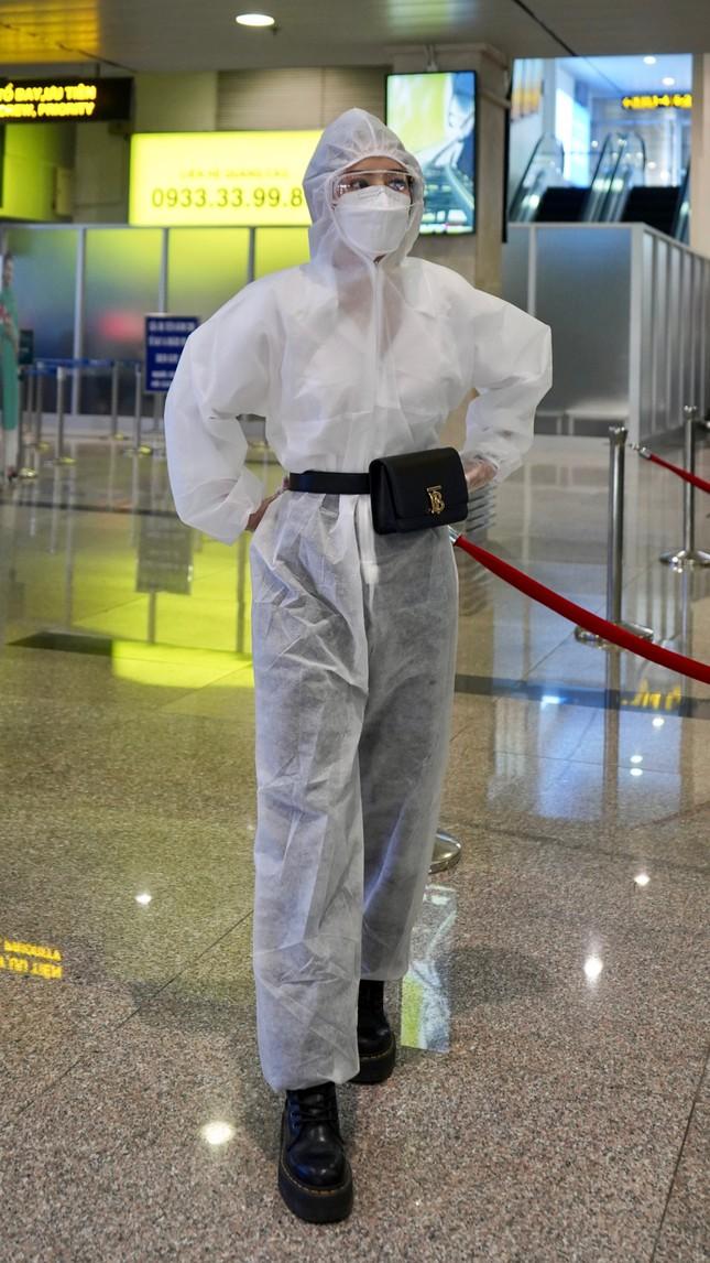 Chi Pu mặc đồ bảo hộ che kín người lên máy bay để phòng dịch Covid-19 ảnh 1