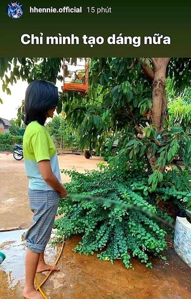 Ảnh đặt vòi nước tưới cây ở vị trí nhạy cảm, H'Hen Niê làm dậy 'sóng' cộng đồng mạng ảnh 2