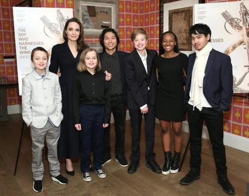 Angelina Jolie tức giận khi Brad Pitt giới thiệu vợ cũ Jennifer Aniston với các con ảnh 1