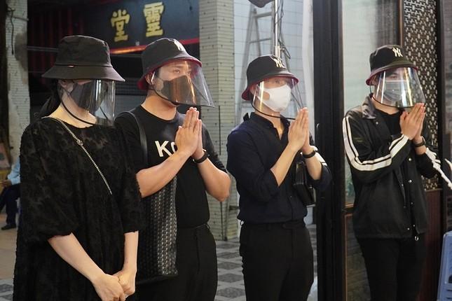 Trấn Thành, Trúc Nhân cùng nhiều sao Việt viếng Mai Phương trong đêm khuya ảnh 1