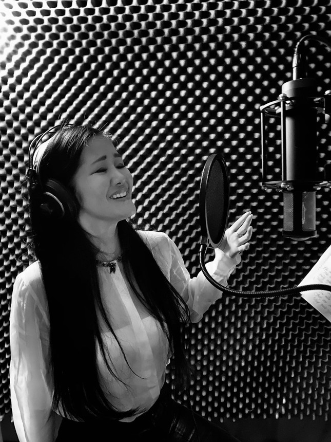 Diva Hồng Nhung sáng tác ca khúc mới tại Mỹ để cảm ơn những người chống dịch COVID-19 ảnh 2