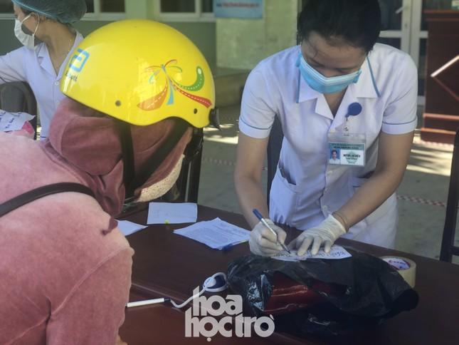Bên trong Bệnh viện Đà Nẵng những ngày đầu tiên thực hiện biện pháp cách ly y tế ảnh 4