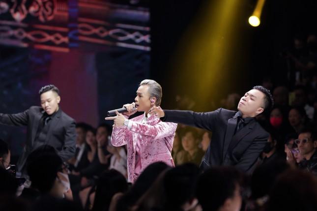 Hot nhất ngày mở màn #VIFW2020: Binz bất ngờ nắm tay Châu Bùi khi đang trình diễn ảnh 4