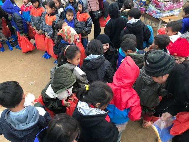 Trèo đèo, lội suối mang chăn, áo ấm tặng học sinh rẻo cao ảnh 5