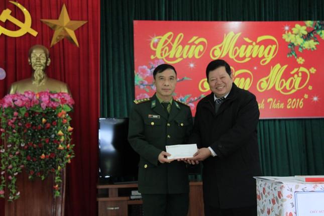 Tặng quà Tết hộ nghèo, chiến sĩ biên phòng Cao Bằng ảnh 5