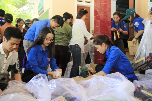 Hoa hậu Mỹ Linh, Á hậu Thanh Tú tặng quà người dân vùng lũ ảnh 6