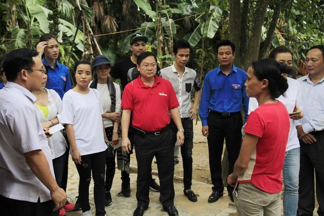 Hoa hậu Mỹ Linh, Á hậu Thanh Tú tặng quà người dân vùng lũ ảnh 13