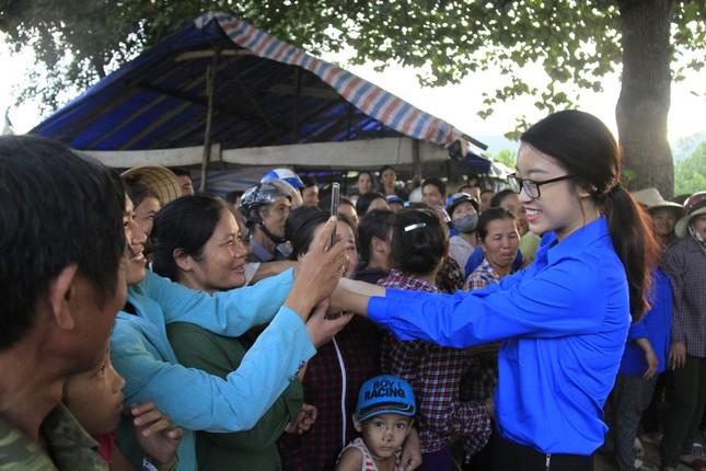 Hoa hậu Mỹ Linh, Á hậu Thanh Tú tặng quà người dân vùng lũ ảnh 5