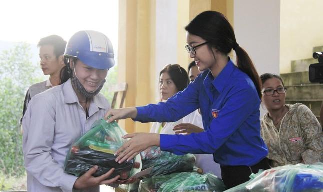 Hoa hậu Mỹ Linh, Á hậu Thanh Tú tặng quà người dân vùng lũ ảnh 8