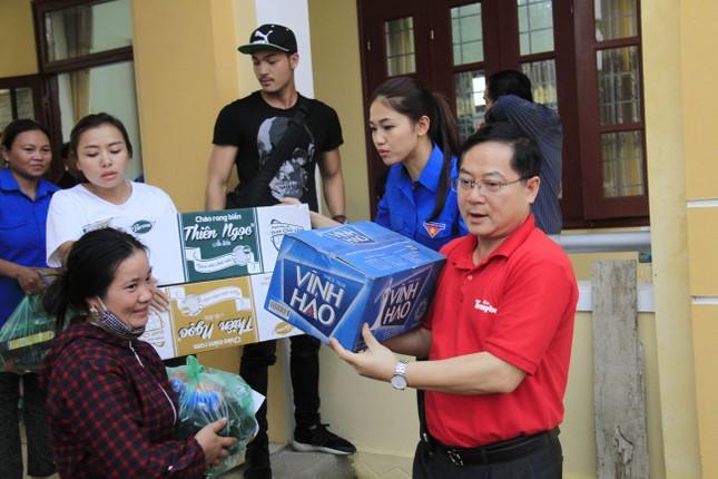 Hoa hậu Mỹ Linh, Á hậu Thanh Tú tặng quà người dân vùng lũ ảnh 10