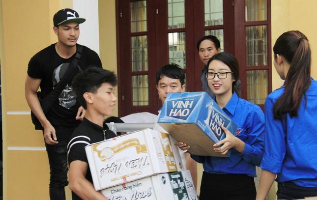 Hoa hậu Mỹ Linh, Á hậu Thanh Tú tặng quà người dân vùng lũ ảnh 9