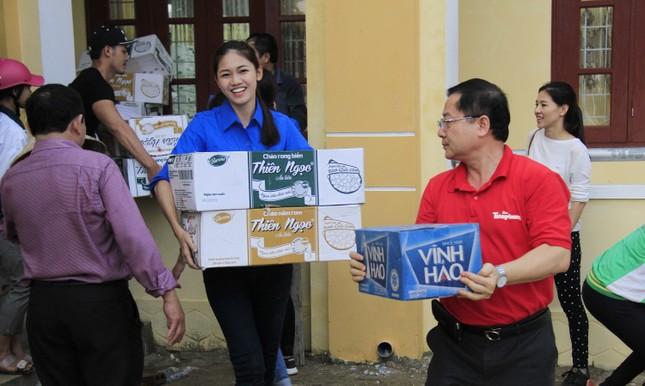 Hoa hậu Mỹ Linh, Á hậu Thanh Tú tặng quà người dân vùng lũ ảnh 12