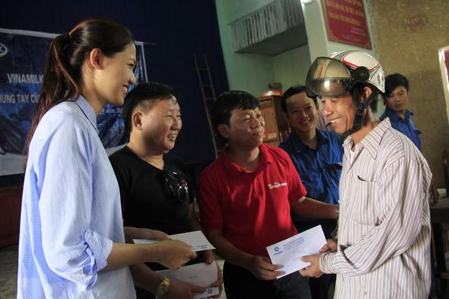 Hoa hậu Mỹ Linh, Á hậu Thanh Tú tặng quà người dân vùng lũ ảnh 1