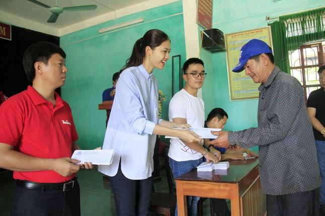 Hoa hậu Mỹ Linh, Á hậu Thanh Tú tặng quà người dân vùng lũ ảnh 2