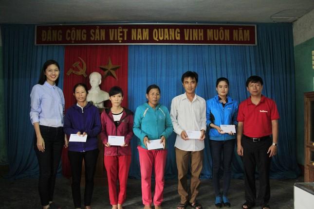 Hoa hậu Mỹ Linh, Á hậu Thanh Tú tặng quà người dân vùng lũ ảnh 4