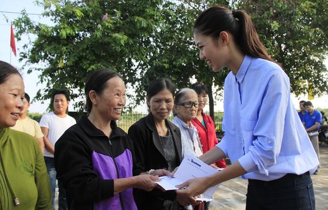 Hoa hậu Mỹ Linh, Á hậu Thanh Tú tặng quà người dân vùng lũ ảnh 3