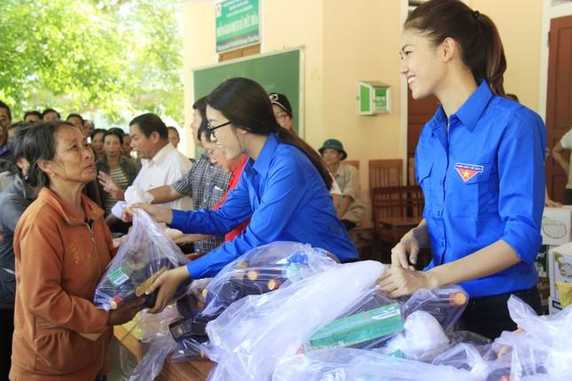 Hoa hậu Mỹ Linh, Á hậu Thanh Tú tặng quà người dân vùng lũ ảnh 7