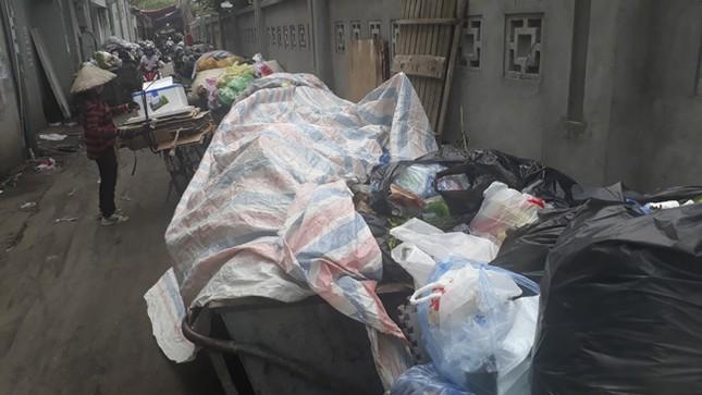 Ám ảnh rác thải chất như 'núi', bịt kín đường phố Hà Nội ảnh 2