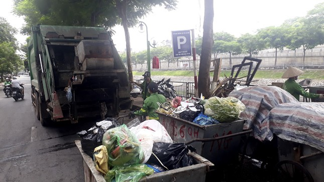 Ám ảnh rác thải chất như 'núi', bịt kín đường phố Hà Nội ảnh 5