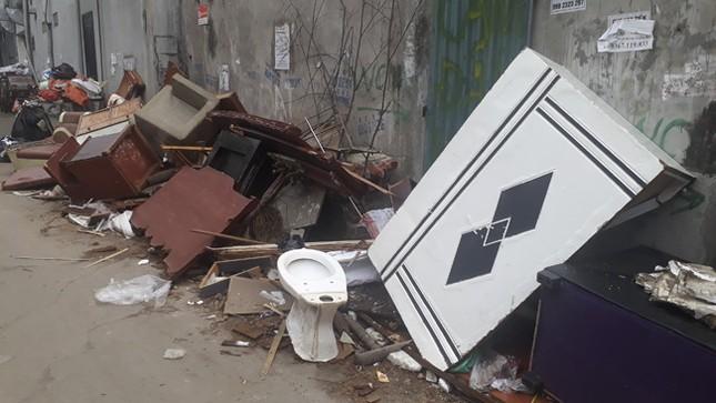 Ám ảnh rác thải chất như 'núi', bịt kín đường phố Hà Nội ảnh 3