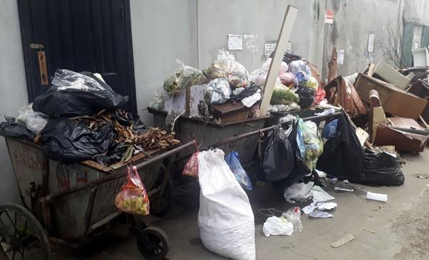 Ám ảnh rác thải chất như 'núi', bịt kín đường phố Hà Nội ảnh 4