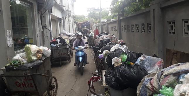 Ám ảnh rác thải chất như 'núi', bịt kín đường phố Hà Nội ảnh 1