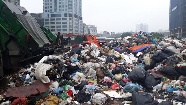 Ám ảnh rác thải chất như 'núi', bịt kín đường phố Hà Nội ảnh 6