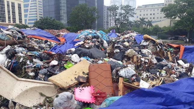 Ám ảnh rác thải chất như 'núi', bịt kín đường phố Hà Nội ảnh 7