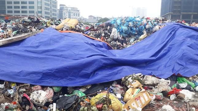 Ám ảnh rác thải chất như 'núi', bịt kín đường phố Hà Nội ảnh 8