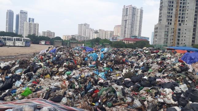 Ám ảnh rác thải chất như 'núi', bịt kín đường phố Hà Nội ảnh 9