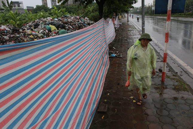 Ám ảnh rác thải chất như 'núi', bịt kín đường phố Hà Nội ảnh 10