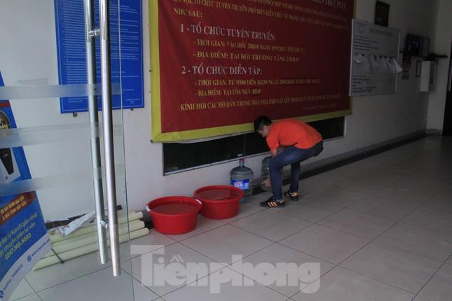 Người Hà Nội đổ bỏ nước miễn phí vì có mùi lạ ảnh 2