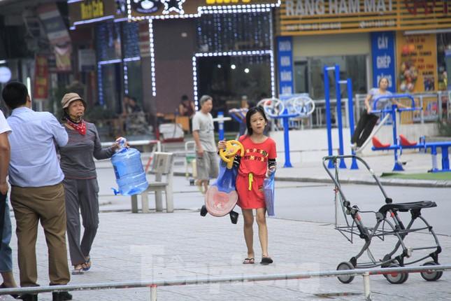 Người Hà Nội đổ bỏ nước miễn phí vì có mùi lạ ảnh 9