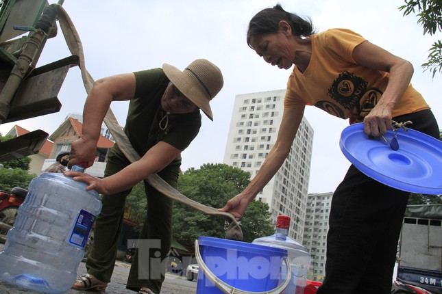 Người Hà Nội đổ bỏ nước miễn phí vì có mùi lạ ảnh 1