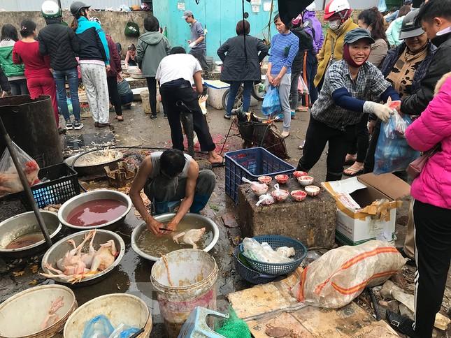 'Lò mổ' nhếch nhác, mất vệ sinh bùng phát ở chợ đầu mối Hà Nội ảnh 10