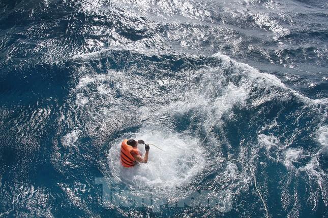 Vượt sóng dữ vào nhà giàn DK1 ảnh 8