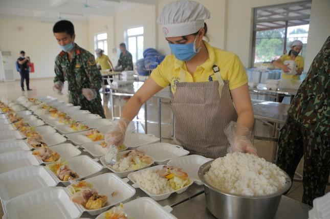 'Đột nhập' bếp ăn quân đội phục vụ hàng trăm người ở khu cách ly Hà Nội ảnh 2