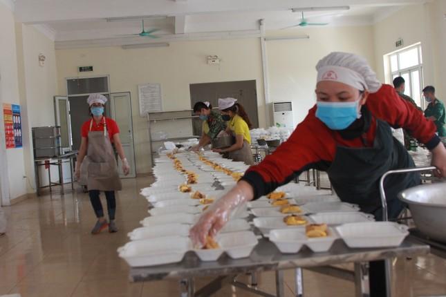 'Đột nhập' bếp ăn quân đội phục vụ hàng trăm người ở khu cách ly Hà Nội ảnh 3