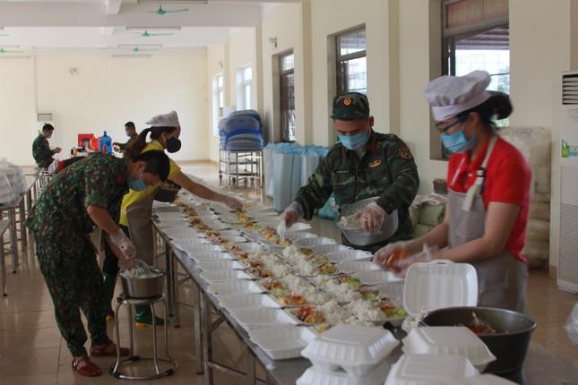'Đột nhập' bếp ăn quân đội phục vụ hàng trăm người ở khu cách ly Hà Nội ảnh 4